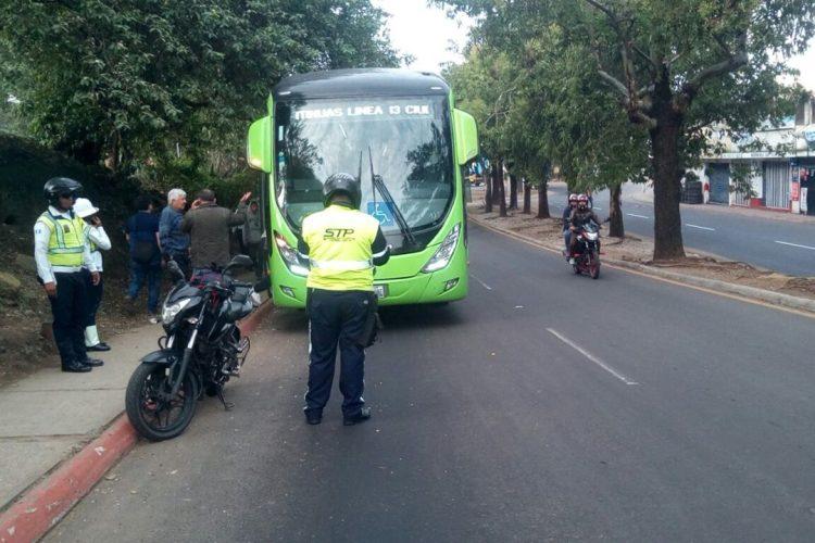 Los buses del Transmetro están custodiados por agentes de tránsito y policía municipal.