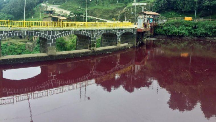 Una de las áreas contaminadas en el río Samalá, en Zunil. (Foto Prensa Libre: Carlos Ventura).