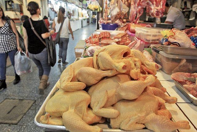 Vendedores de pollo consideran que la eliminación del arancel debería de forzar a que baje el precio del pollo amarillo nacional. (Foto Prensa Libre: Hemeroteca)