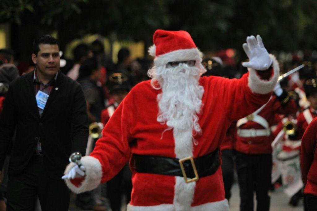 Santa Claus saluda al público y abre el desfile.