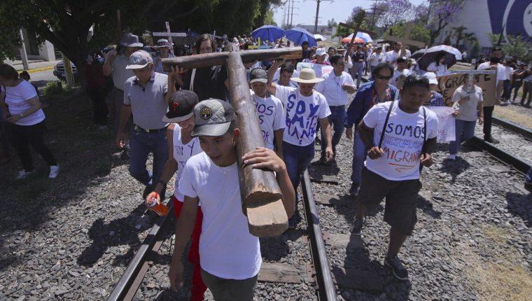 Migrantes participan del singular viacrucis. (Foto Prensa Libre:EFE).