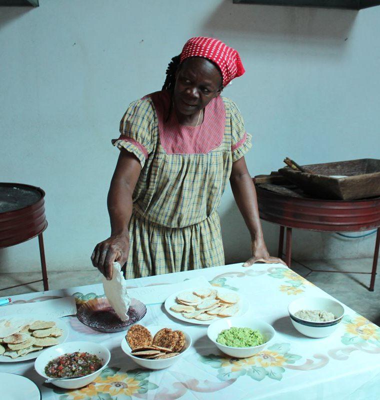 Mujeres garífunas elaboran alimentos que enriquecen la gastronomía caribeña. (Foto Prensa Libre: Dony Stewart)