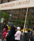 Starbucks cierra sus tiendas de EE.UU. por la tarde para capacitar a sus empleados de tomar conciencia racial.(Foto Prensa Libre:AFP).