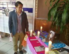 Érick Lancerio, novio de Gabriela, observa una fotografía de Barrios durante la conferencia que brindó junto a Fundación Sobrevivientes. (Foto Prensa Libre: Esbin García)