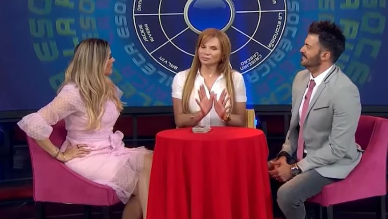 Mhoni -centro- es entrevistada en un programa de televisión mexicano, donde auguró que el campeón de Rusia 2018 será de América. (Foto Prensa Libre: YouTube)