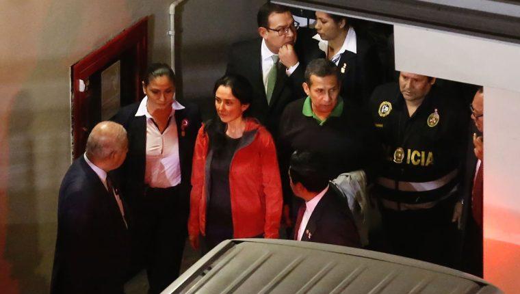 Humala y su esposa -centro- llegan a un juzgado de Lima para escuchar su sentencia. (Foto Prensa Libre: AFP)