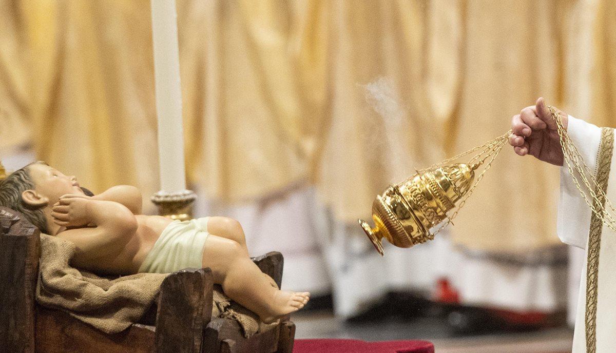 El papa Francisco durante su homilía de Nochebuena envió un mensaje sobre el verdadero significado de la Navidad. (Foto Prensa Libre: EFE)