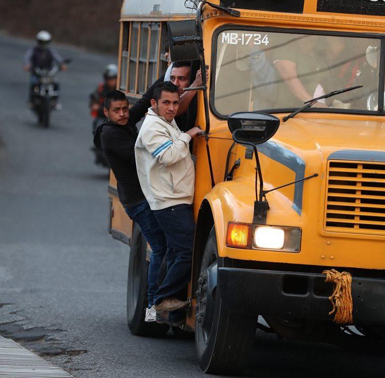 Las pocas unidades que transitan de Tierra Nueva 2 hacia el bulevar San Nicolás van sobrecargadas. (Foto Prensa Libre: Óscar Felipe Quisque)