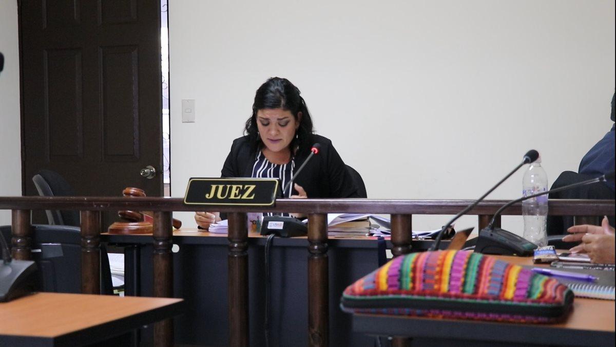 Susan Sabrina Salazar Escobar, jueza de Femicidio de Santa Cruz del Quiché, lee sentencia en la que absuelve al militar retirado. (Foto Prensa Libre: Héctor Cordero)