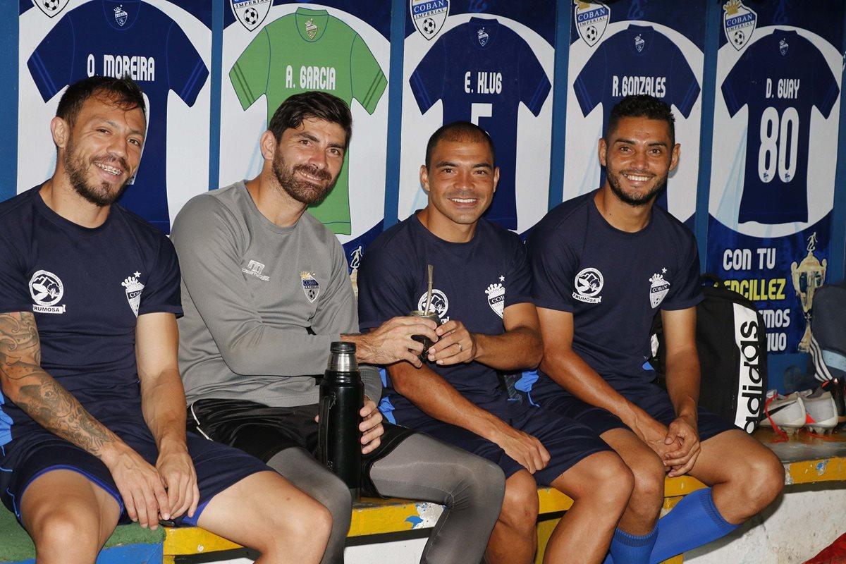 Janderson Pereira disfruta del mate junto a Jonathan Charquero, Álvaro García y Danilo Guerra. (Foto Prensa Libre: Eduardo Sam Chun)