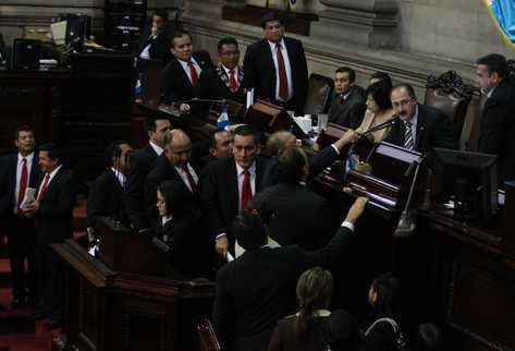 Diputados de la bancada LIDER muestran su descontento frente al presidente del congreso antes de abandonar el pleno. (Foto Prensa Libre: Estuardo Paredes)