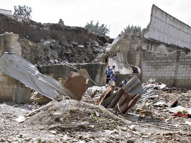 Trabajadores municipales de Villa Nueva aun no terminan de limpiar los escombros del derrumbe de Santa Isabel II, ocurrido el 6 de septiembre.(Foto Prensa Libre: Paulo Raquec)