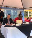 El ministro de Salud, Carlos Soto, y el dirigente del Frente Nacional de Lucha, Luis Alpirez, firmaron el acuerdo del aumento salarial para los trabajadores de la cartera. (Foto Prensa Libre: MSPAS)