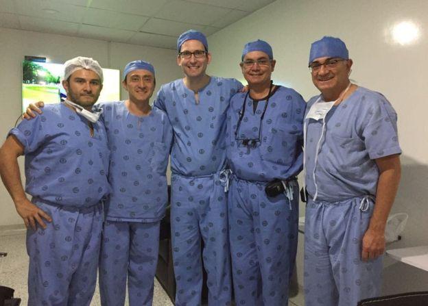 Durante la cirugía de Stivinson Mena se realizó un entrenamiento al que asistieron 105 profesionales y estudiantes de varios países. CÉSAR CRUZ