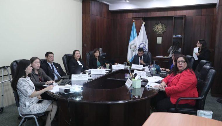 El pleno del Consejo de la Carrera Judicial en sesión para seleccionar a los aspirantes. (Foto Prensa Libre: Juan Diego González)