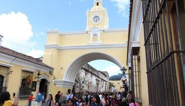 El Arco de Santa Catalina es visitado por miles de turistas al año. (Foto Prensa Libre: Hemeroteca PL).