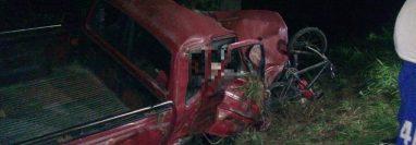 Dos hombres murieron en el picop involucrado en uno de los accidentes en San Jerónimo, Baja Verapaz. (Foto Prensa Libre: Cortesía).