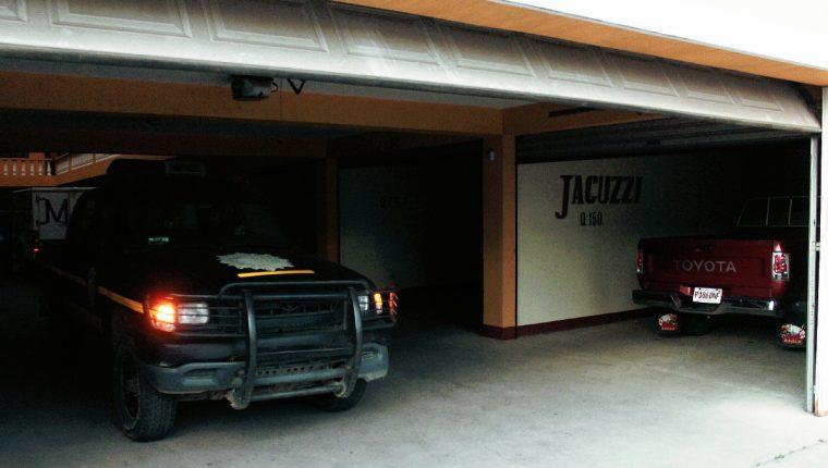 Investigadores de la PNC recogen evidencias en  el autohotel en  donde murió un hombre, en Quetzaltenango. (Foto Prensa Libre: Carlos Ventura)