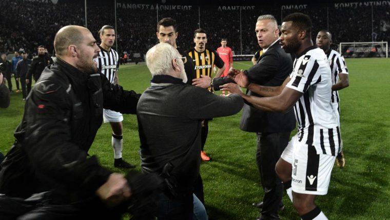 El presidente del PAOK, Ivan Savvidis es acusado de ingresar a la cancha con un arma y amenazar al árbitro. (Foto Prensa Libre: AFP)