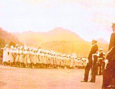 Desfile frente a San Nicolás en 1940. (Foto: Hemeroteca PL)