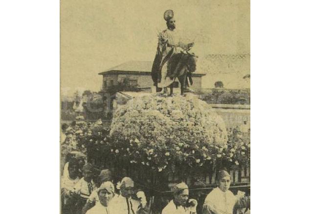 """La procesión llamada """"de la Borriquita"""" en 1936. Se aprecia que no es la misma imagen que actualmente sale en procesión. La sencillez del anda destaca al estar adornada por flores naturales. (Foto: Hemeroteca PL)"""