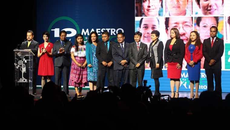 Los Maestros 100 puntos reciben diplomas y trofeos de reconocimiento, además de la ovación del público, que premia así su esfuerzo por innovar en la educación del país. (Foto Prensa Libre: Álvaro Interiano)