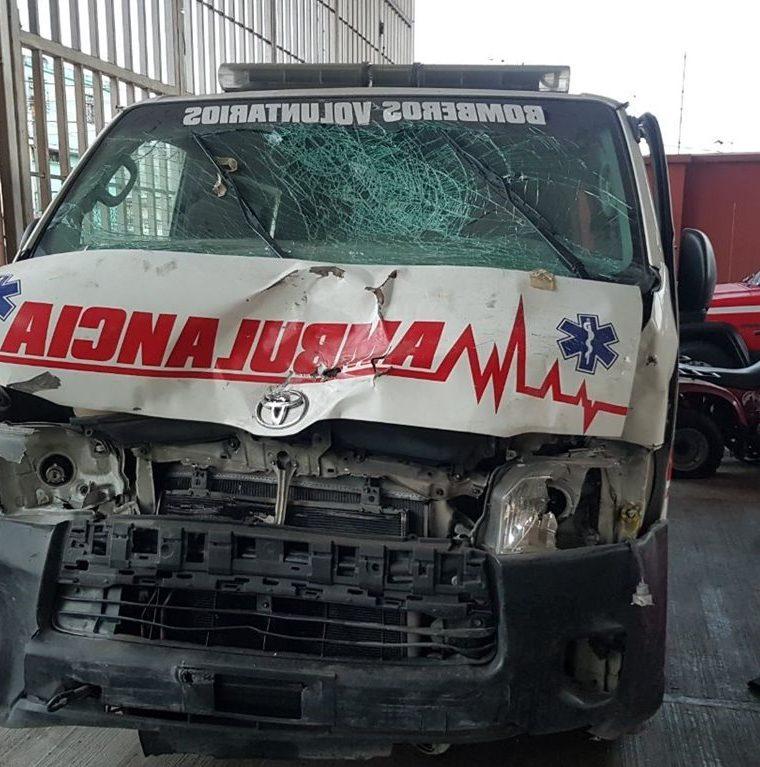 Ambulancia que fue chocada en mayo último, no puede ser reparada por un proceso legal vigente. (Foto Prensa Libre: Cortesía).