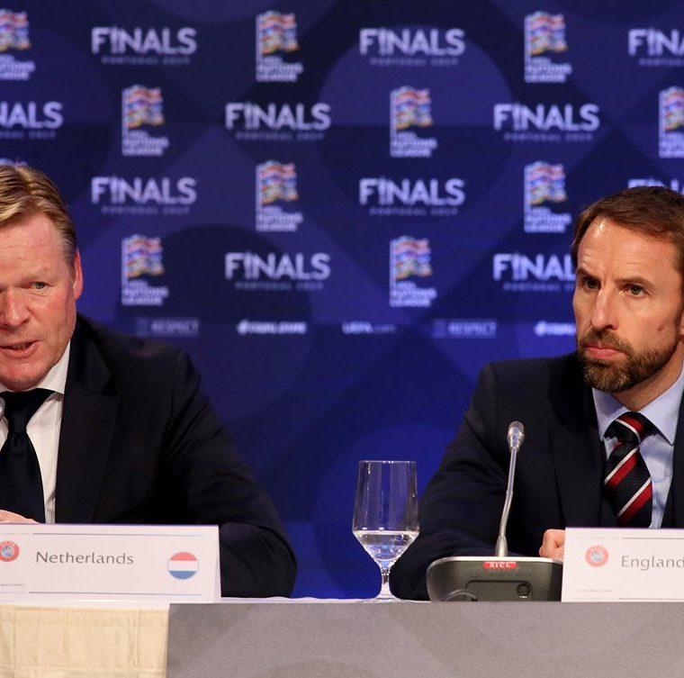 Ronald Koeman, entrenador de Holanda y Gareth Southgate, su par de Inglaterra durante la conferencia de prensa después de conocerse que sus selecciones se enfrentarán por un pase a la final de la Liga de Naciones de la Uefa. (Foto Prensa Libre: AFP)