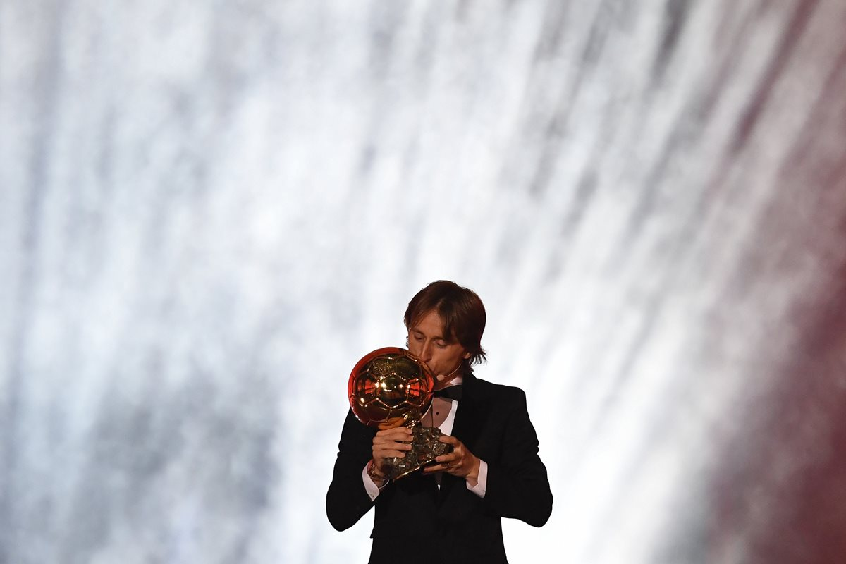 El croata Luka Modric en el momento de recibir el Balón de Oro 2018. (Foto Prensa Libre: AFP)