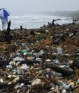 La basura acumulada en el Caribe hondureño avizora una crisis ambiental, dicen expertos. (Foto Prensa Libre: AFP)