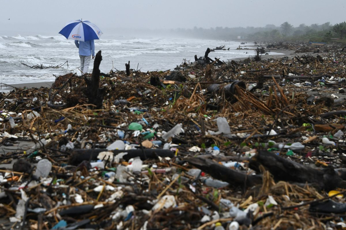 Isla de basura en Caribe hondureño es testimonio de catástrofe ambiental