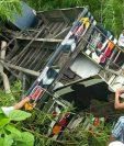 Pobladores de la Democracia, Huehuetenango, ayudan a rescatar pasajeros atrapados en autobús accidentado. (Foto Prensa Libre: Mike Castillo)
