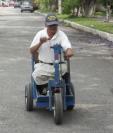 Miguel Ángel Ortiz trabaja como lustrador pese a haber perdido las piernas a causa de la diabetes (Foto Prensa Libre: Luis Velásquez).