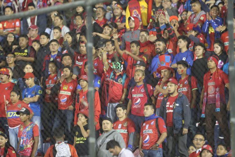 El Doroteo Guamuch se llenó de alegría con los seguidores rojos.