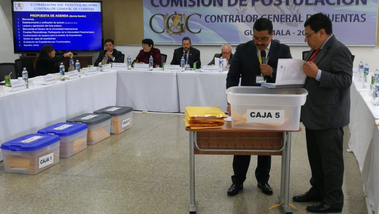La Comisión de Postulación para Contralor General de Cuentas inició la revisión de los 41 expedientes y aprobó las pruebas psicométricas. (Foto Prensa Libre: Kenneth Monzón)