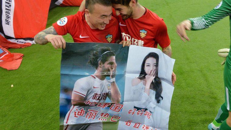 El brasileño Alexandre Pato intenta conquistar a actriz china. (Foto Prensa Libre: AFP)