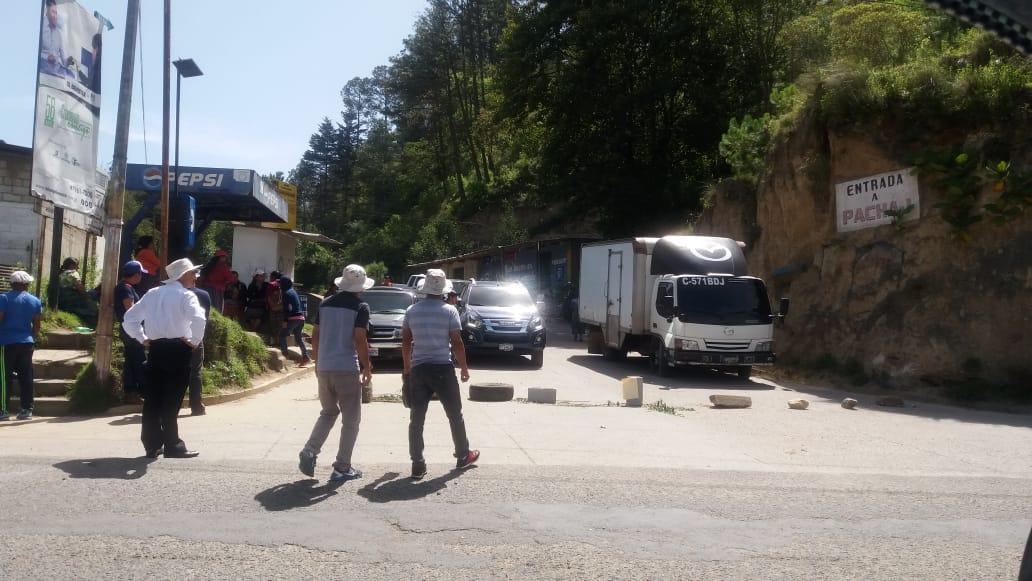 El paso de Retalhuleu a Quetzaltenango, en el km 224, fue bloqueado por vecinos que exigen la reparación de esa vía. (Foto Prensa Libre: María José Longo)