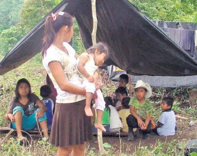 En champas, sin mayor protección se refugiaron unas 200 personas luego de haber sido desalojadas de La Libertad, Petén en 2011. (Foto: Hemeroteca PL)