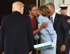 Michelle Obama saluda a Melania Trump en el ingreso a la Casa Blanca, donde la nueva primera dama le entregó un regalo. (Foto Prensa Libre: EFE).