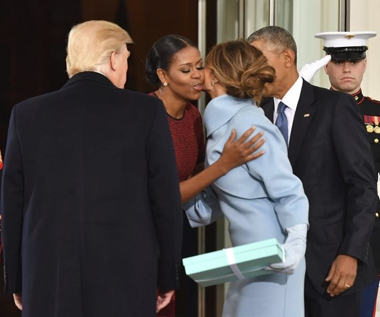 El incómodo momento en el que Melania entrega regalo a Michelle