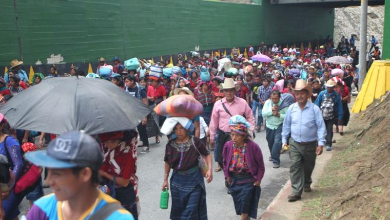 El grupo de manifestantes pasa sobre el puente que se encuentra en la 19 calle, zona 1. (Foto Prensa Libre: Érick Ávila)