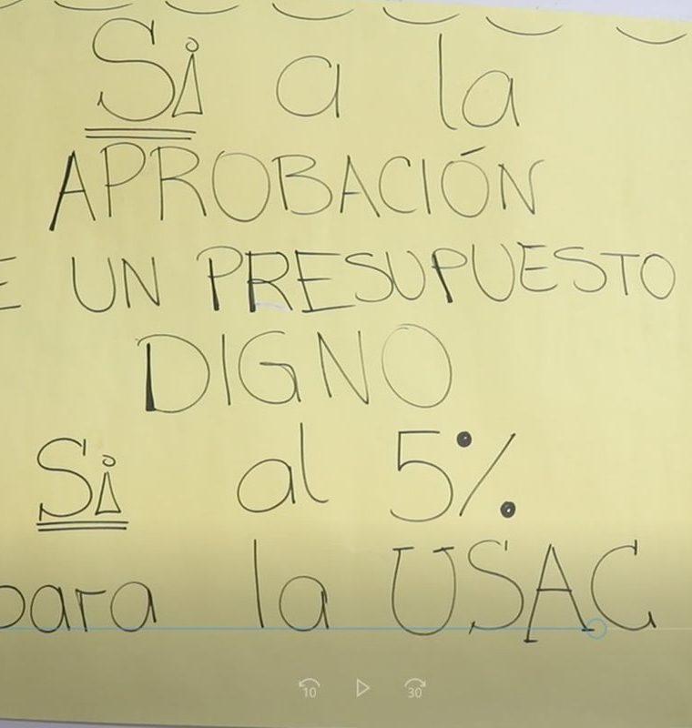 Los universitarios exigen a las autoridades recapacitar sobre el presupuesto de la Usac. (Foto Prensa Libre: María Longo)