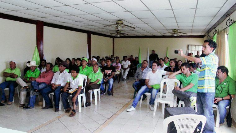 Afiliados participan  en asamblea de la UNE en Jalapa, en donde mostraron su malestar por cambios de última hora. (Foto Prensa Libre: Hugo Oliva)