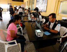 En el centro de operaciones se registraron los datos personales de los capturados en los 160 allanamientos. (Foto Prensa Libre: Paulo Raquec)
