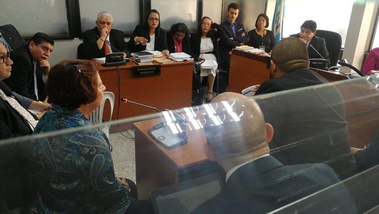 La sindicada Reyna Gómez, hermana del prófugo transportista Luis Gómez, declaró en el Juzgado Undécimo Penal. (Foto Prensa Libre: Estuardo Paredes)