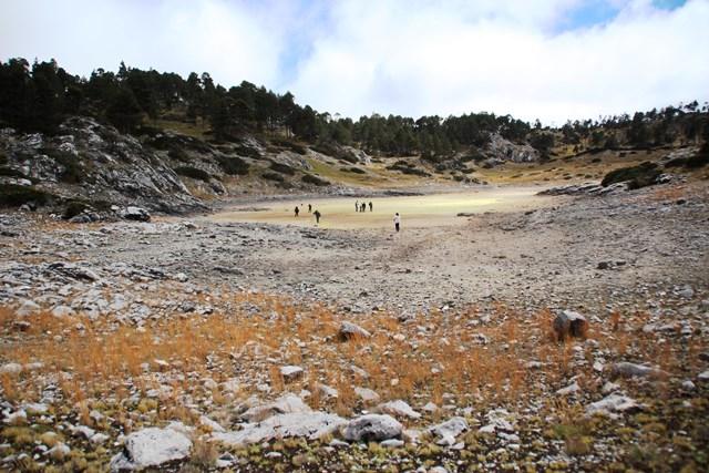 Autoridades y vecinos caminan en la superficie de la Laguna de Ordóñez, que era una belleza natural situada en el corazón de Los Cuchumatanes. (Foto Prensa Libre: Mike Castillo)