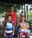 Pedro Alvarado, su esposa, Mirna Rodríguez, y uno de sus hijos se instalaron en su vivienda después de que tuvieron que desalojarla desde el domingo pasado. (Foto Prensa Libre: Sergio Rodríguez)