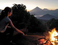 Una noche de fogata en Green Rush con la vista al fondo de los volcanes de Agua, Fuego y Pacaya.