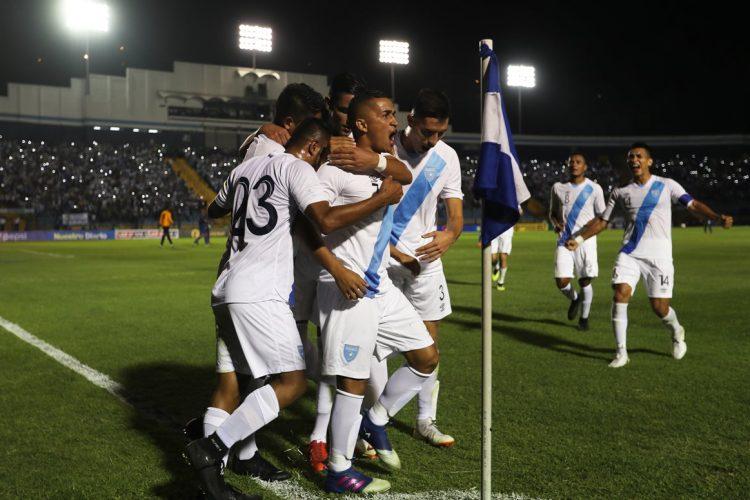 Marvin Ceballos celebra con sus compañeros el tercer gol de Guatemala. (Foto Prensa Libre: Francisco Sánchez).