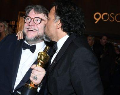 Alejandro González Iñárritu no podía falta a la gran noche de su compadre Guillermo del Toro. AFP